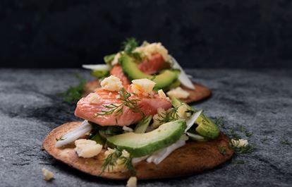 Tostadas med Präst®, lax, avokado och snabbinlagda grönsaker