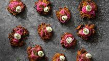 Blomkålsråraka med smetana och picklad lök