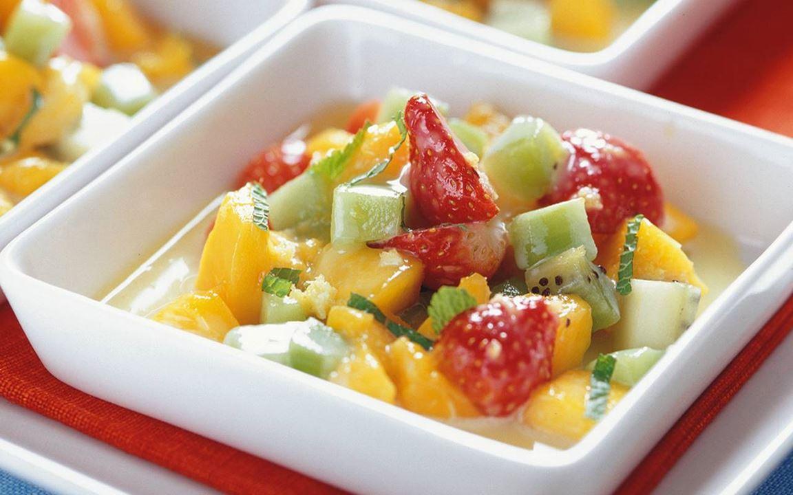 Fruktsallad med varm vit chokladsås