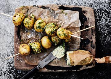 Grillad potatis med grönt ört- och vitlökssmör