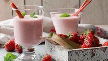Frisk rabarber- och jordgubbssmoothie