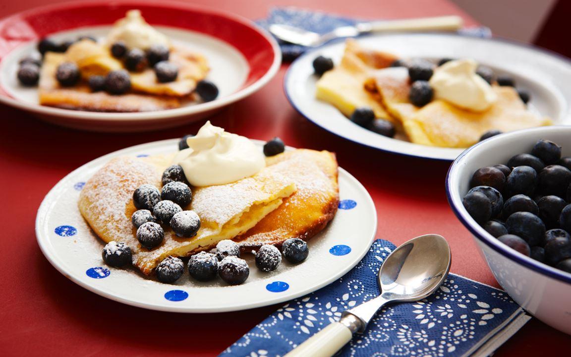Citronpannkaka med blåbär och smetana