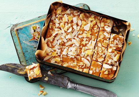 Vit chokladfudge med ananas och rostad kokos