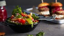 Krispsallad med avokado och tomat