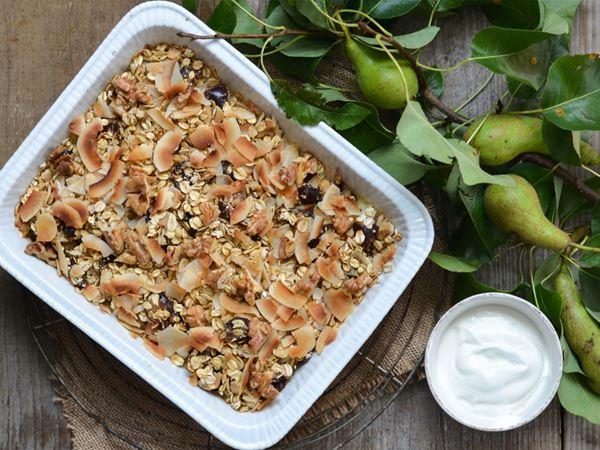 Bakad gröt med päron, dadlar och valnötter