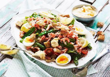 Sallad med kräftstjärtar, ägg och bulgur