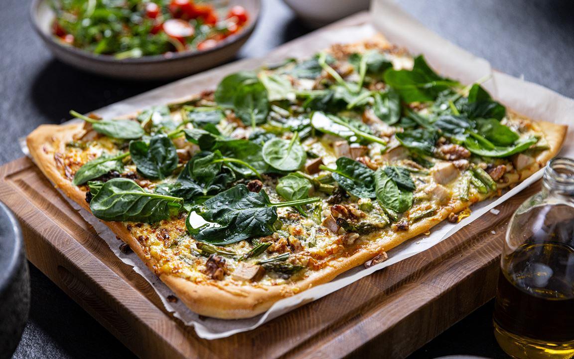Pizza bianco med ädel- och päronost, sparris och valnötter