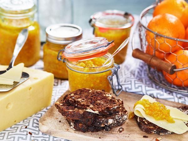 Ostsmörgås på danskt rågbröd med hemgjord apelsinmarmelad