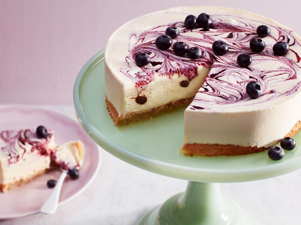 Glasstårta med citrongräs och blåbär på biskvibotten