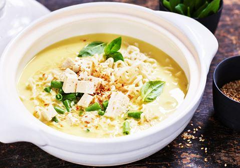 Thaisoppa med tofu och nudlar