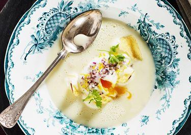 Skummig potatissoppa med pocherat ägg