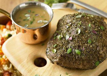 Kalvstek med smörig timjansky och varm couscoussallad