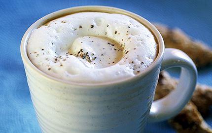 Varm kaffedrink med kardemummaklick