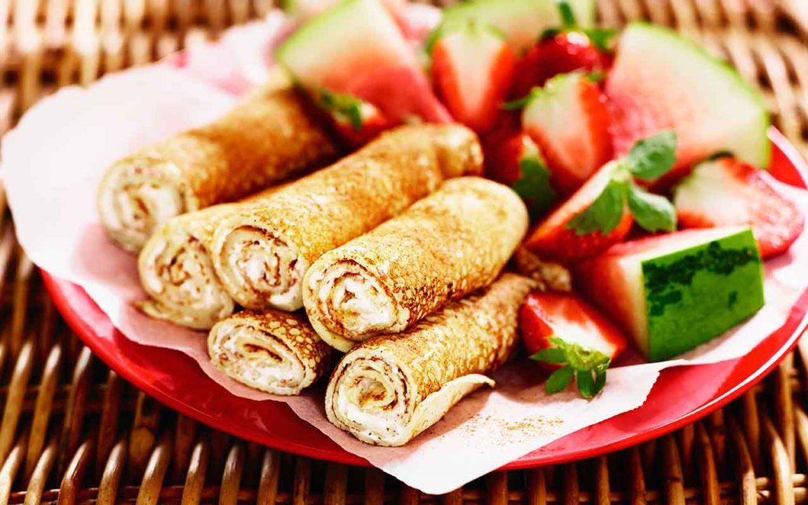 Pannkaksrullar med färskost och honung