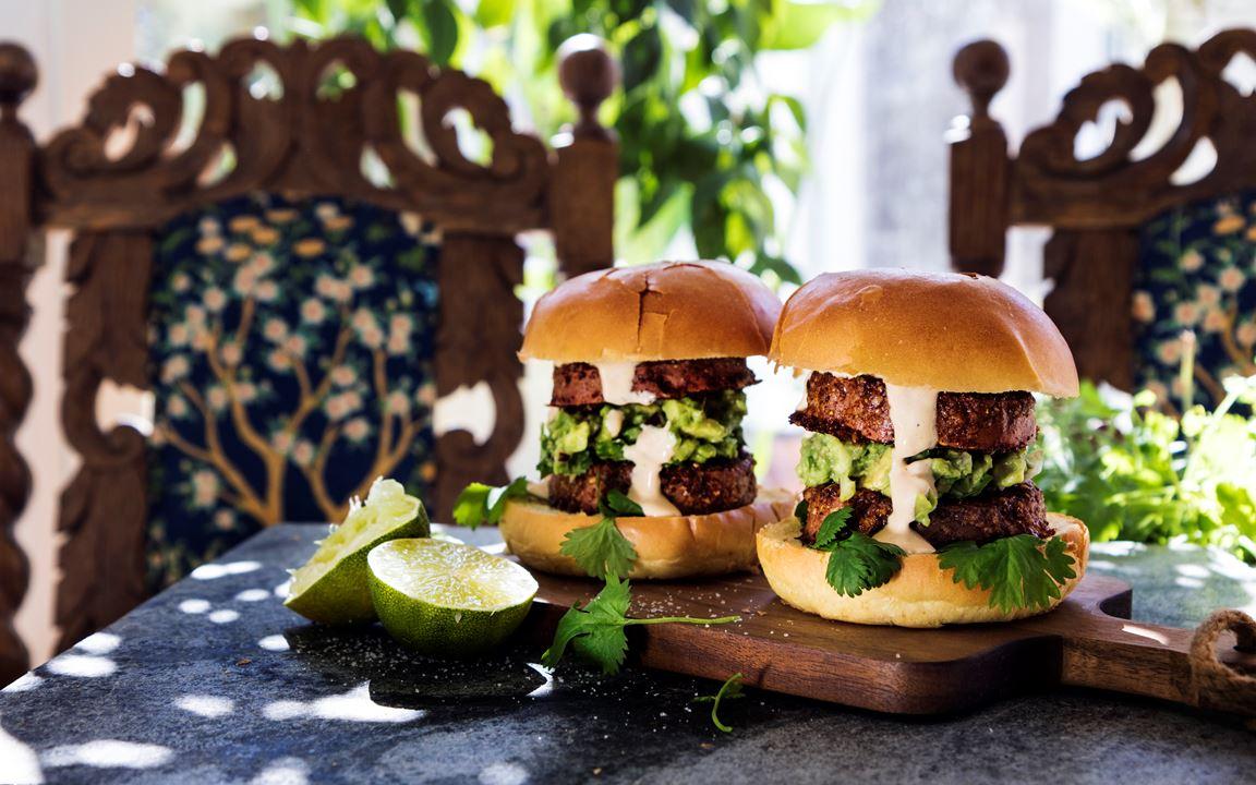 Parmesangratinerad hamburgare av sötpotatis med avokadoröra