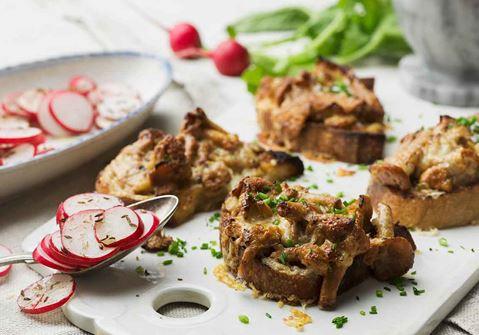 Kantarellsmörgås med rädissallad