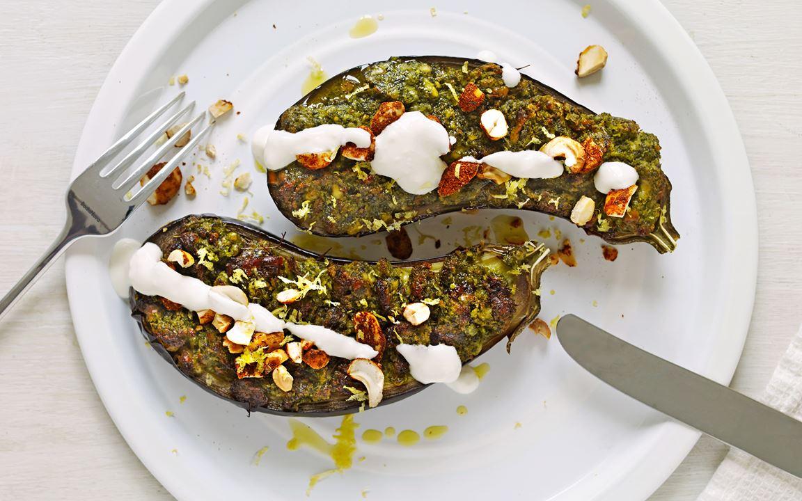 Ost- och örtgratinerad aubergine med gräddfil och pepparnötter