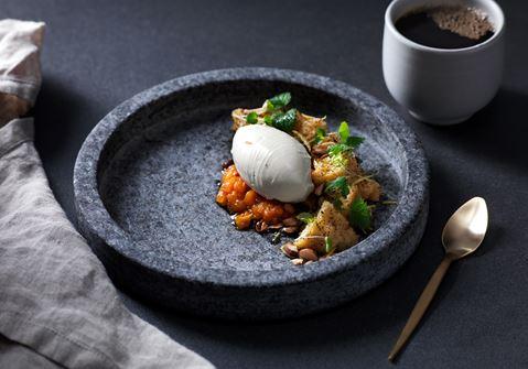 Mandelkaka med rårörda hjortron och vispad vaniljkräm