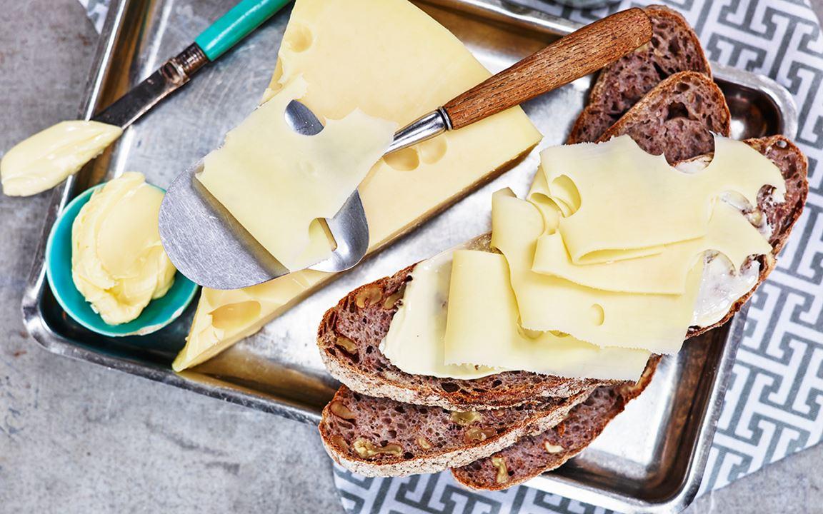 Ostsmörgås på frukt- och valnötsbröd