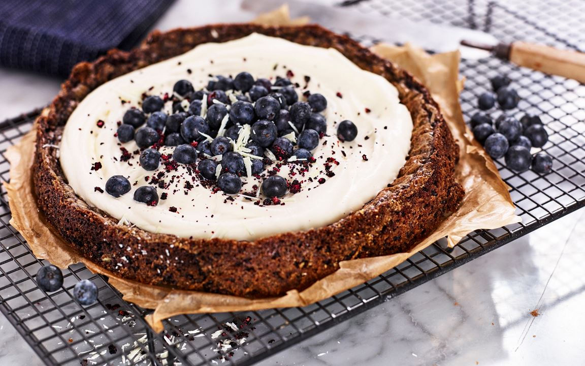Blåbärskladdkaka med vit choklad och kardemumma