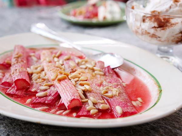 Smält rabarber med vit choklad och kanelgrädde