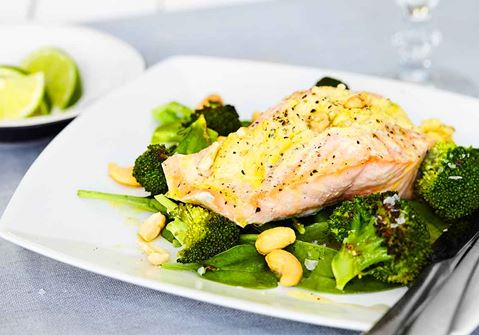 Lax med fruktig currysmak och limedressad broccoli