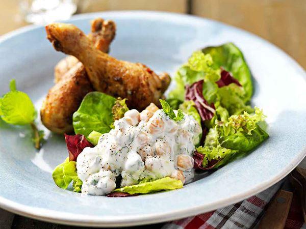 Kycklingklubbor med kikärtssallad