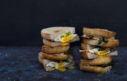 Panini med taleggio, sparris och stekt ägg