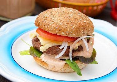 Hemmagjorda hamburgare med barbecuedressing