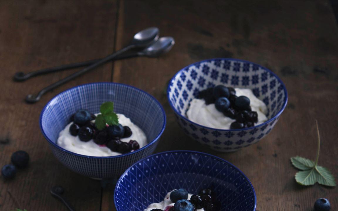 Chèvremousse med varma blåbär