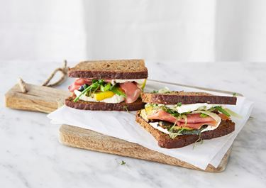 Rågbröd med serranoskinka och grillat grönt