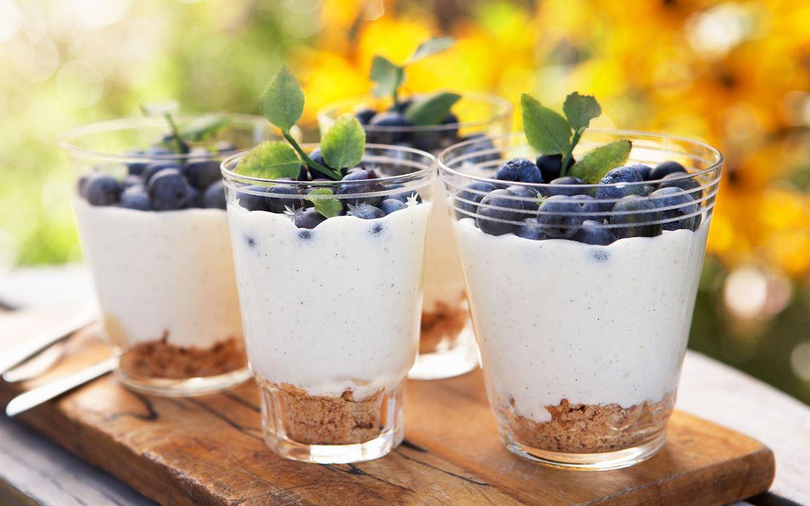 Bygårdens frysta mousse med blåbär
