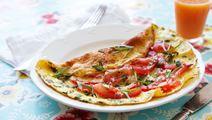 Tomatomelett med kikärt- och avokadosallad