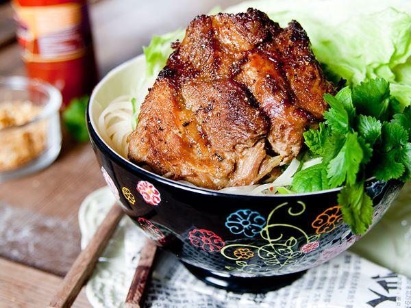 Vietnamesisk fläskkarré med risnudlar