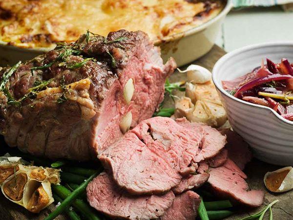 Vitlöksspäckad lammstek med potatisgratäng och rödvinskokt rödlök