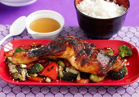 Koreansk het kyckling med sesamwokade grönsaker