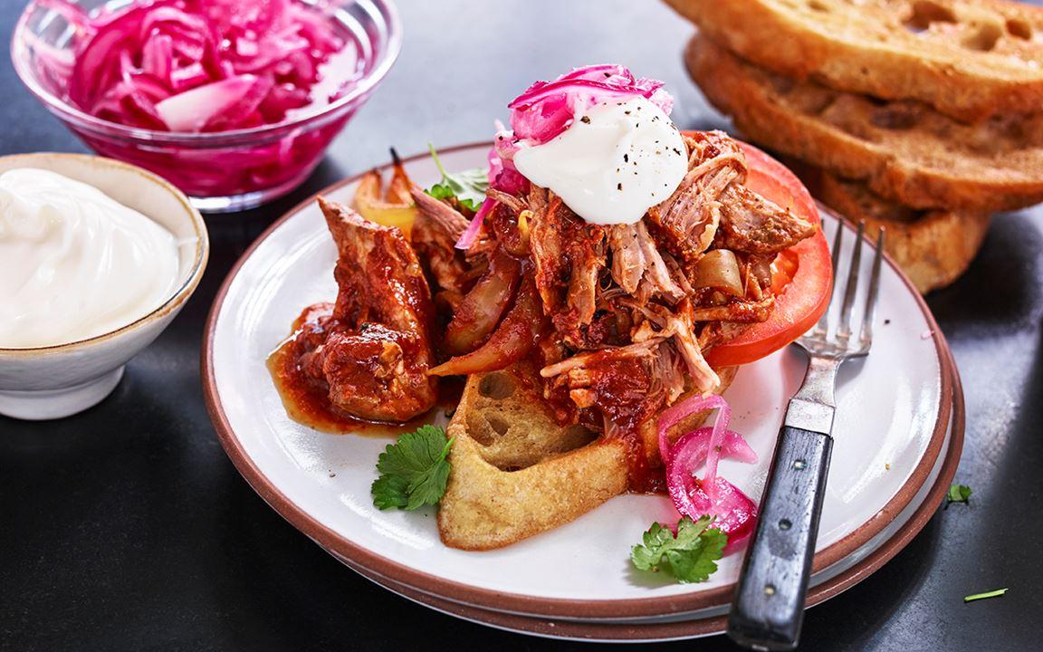 Pulled pork med het sås och syrad rödlök