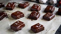 Gräddkola med choklad och flingsalt
