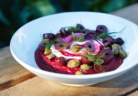 Rödbetskräm med gräddfil och oliver