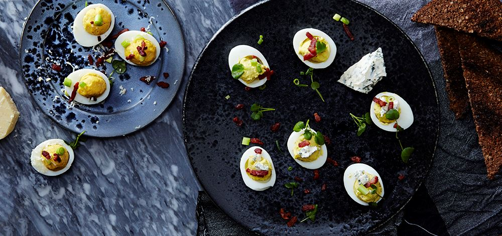 Deviled eggs med cheddar och blåmögelost