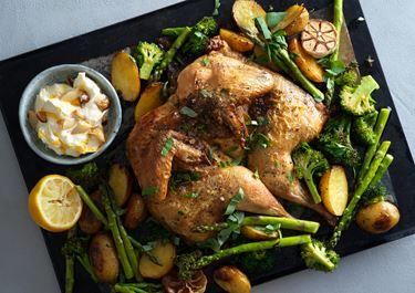 Kyckling i ugn med sparris och rostad vitlökskräm