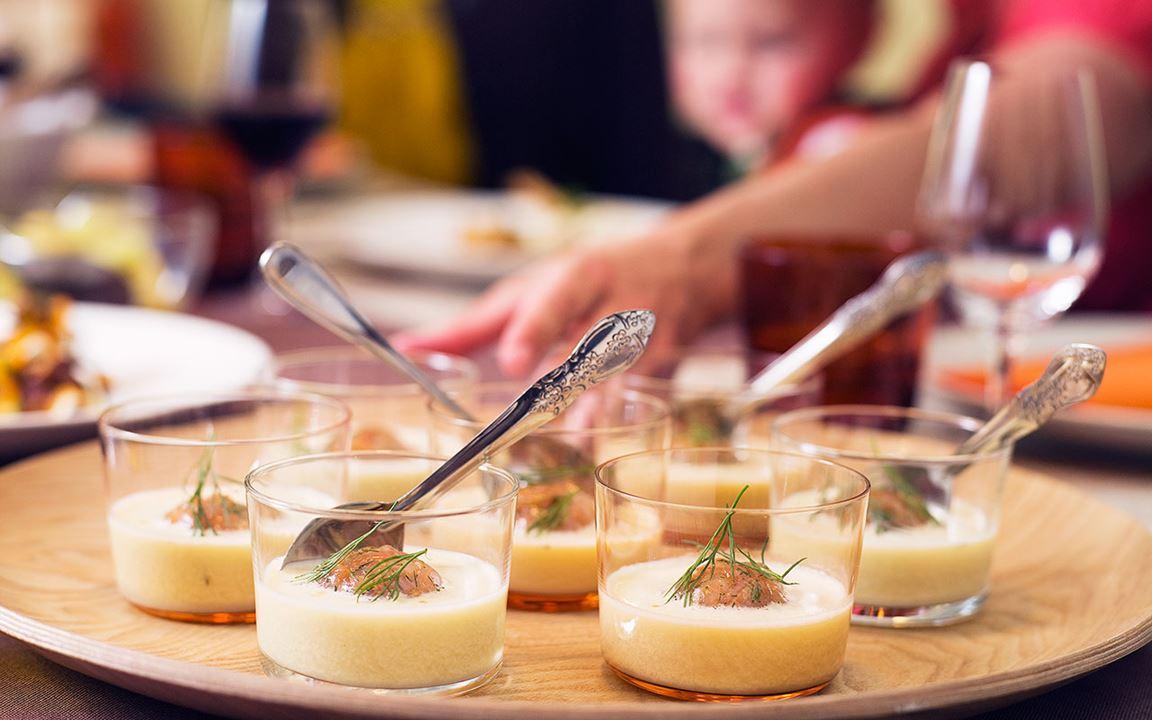Krämig savoykålssoppa med laxboll