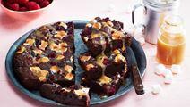 Kladdkaka med hallon, marshmallows och salted caramel