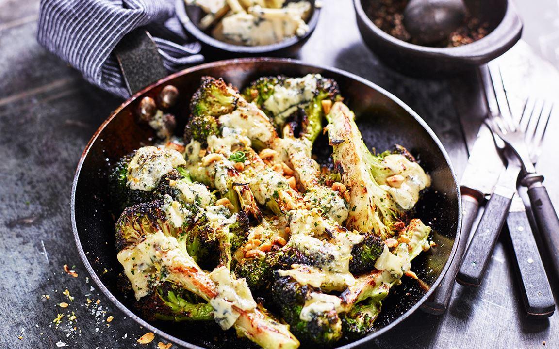 Grillad broccoli med blåmögelost och rostade hasselnötter