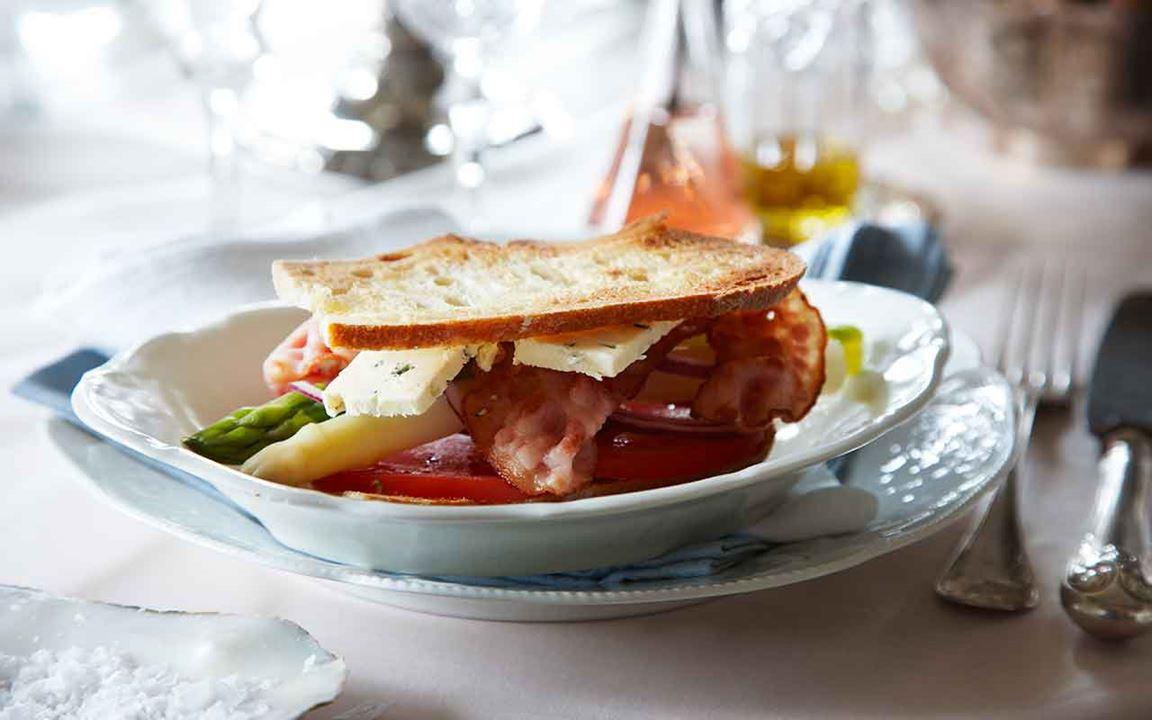 Club sandwich med ädelost och sparris