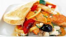 Grekisk sallad med kyckling och pitabröd