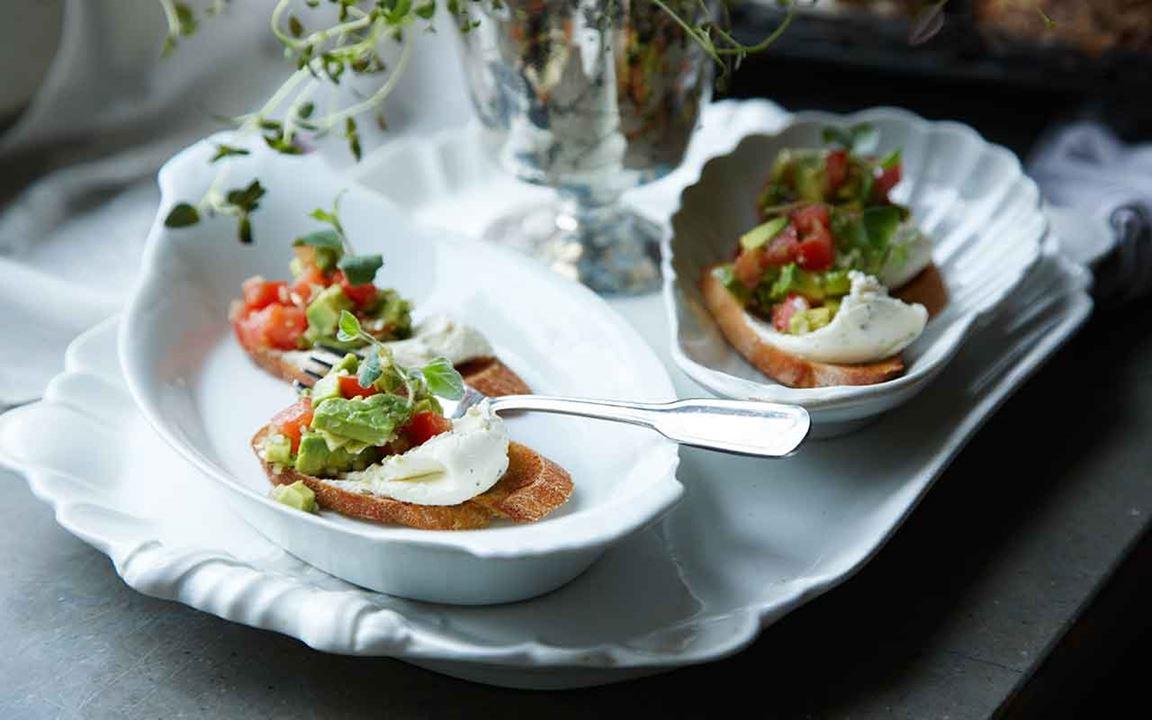 Färskoströra och avokadosalsa på crostini