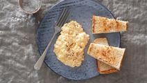 Krämig äggröra med cheddarost