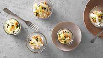 Blomkålskräm med äppelsallad och hasselnötter