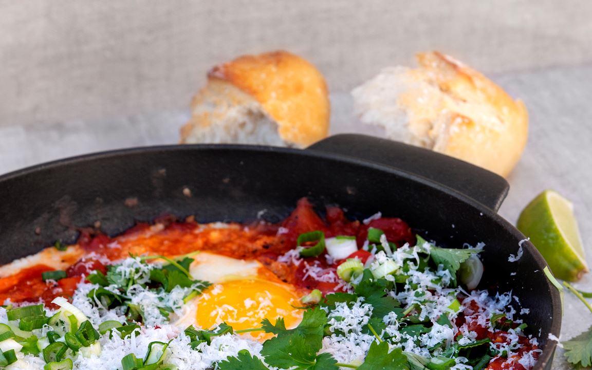 Huevos rancheros med manchego